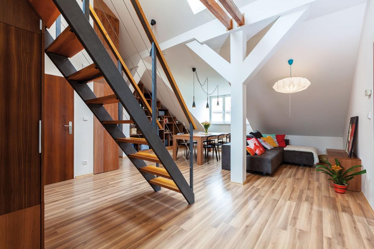 Přestože je relativně malý, byt nepůsobí stísněným dojmem. Může za to vysoký strop adostatek přirozeného světla. FOTO DANO VESELSKÝ