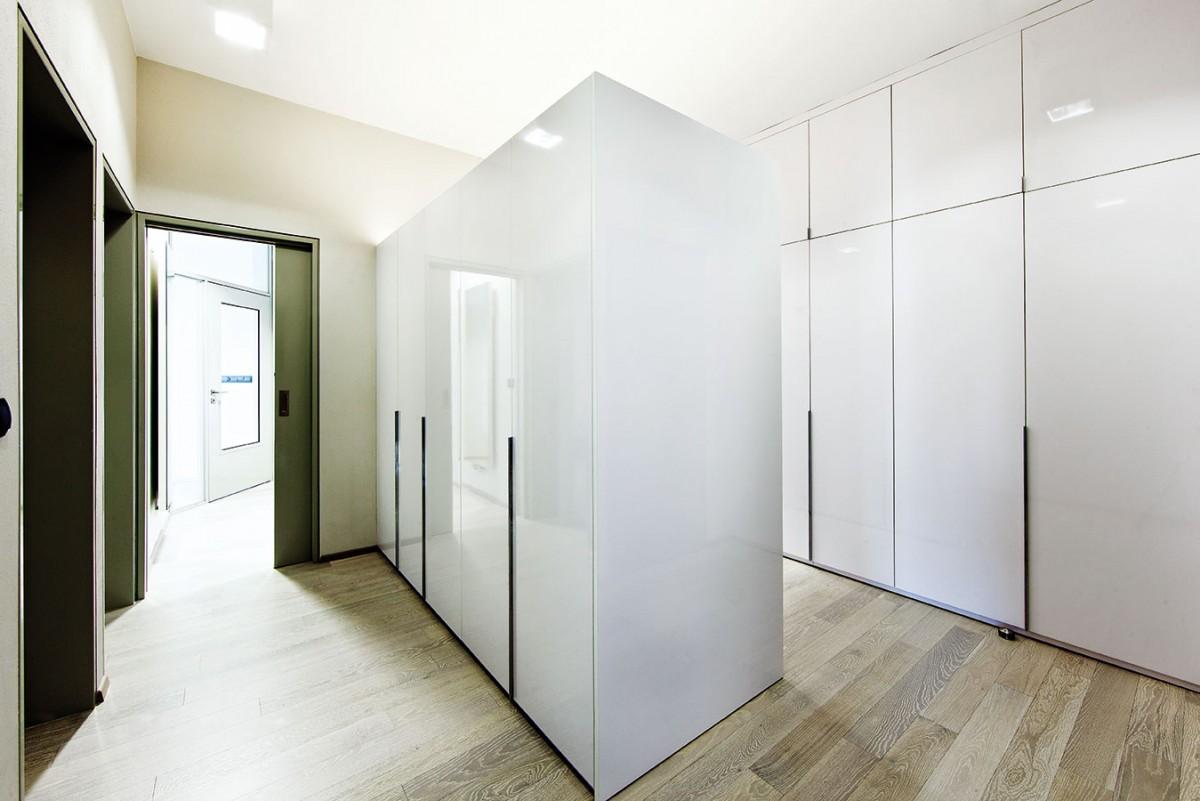 Žádné zbytečné chodby, ale rovnou šatna! Velkorysé úložné prostory vsrdci dispozice. FOTO JIŘÍ VANĚK