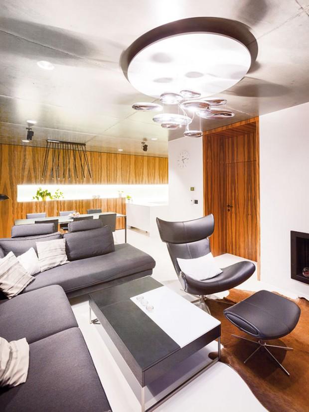 Moderní charakter denní části určuje především přiznaný lakovaný železobetonový strop, který byl přáním majitele.