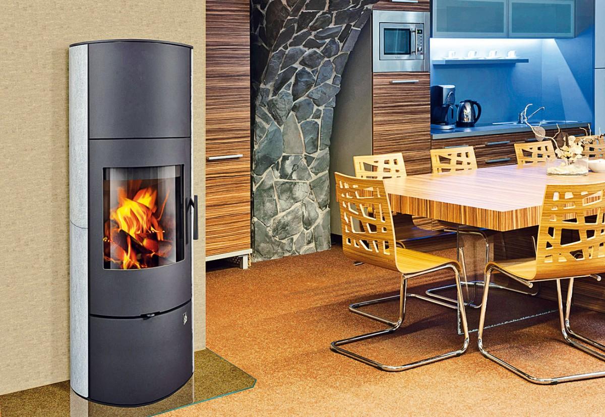 Akumulační kamna Evora 02 Akum soblíbenou oválnou základnou aspřípravou pro externí napojení spalovacího vzduchu se vyznačují vysokou schopností sálat dodatečné teplo. Jsou rovněž vhodná pro nízkoenergetické domy.