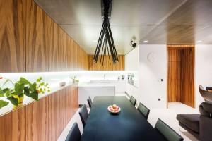 Uzavřené police vjídelní části jsou přímým pokračováním kuchyňské linky aslouží kuskladnění potřebností.