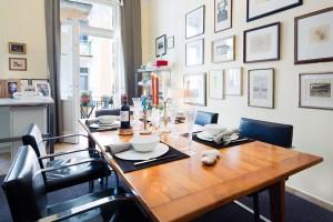 Jídelna v sobě pojala snad nejvíce minimalistického nábytku. Vyniknout tak mohla bohatá sbírka grafik zdobících celou šířku stěny. FOTO JAROSLAV KVÍZ