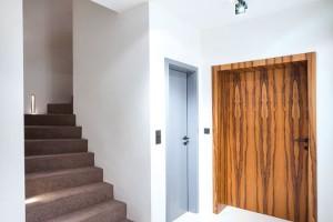 Na podlahy byla vtéměř celém interiéru použita průmyslová epoxidová stěrka bílé barvy.