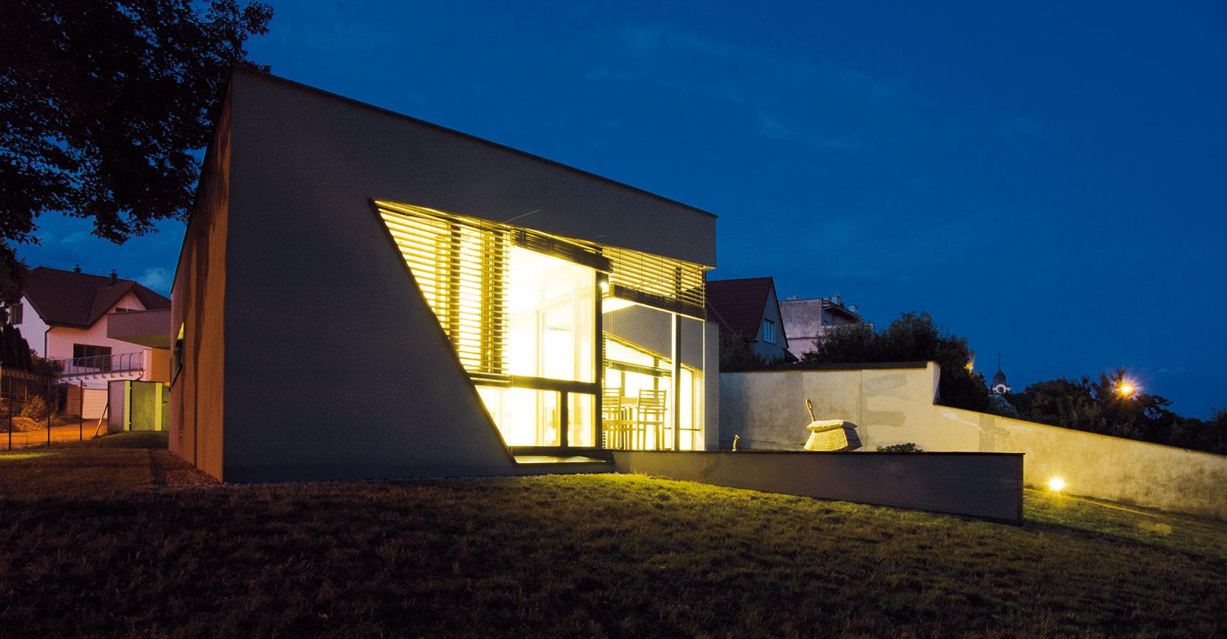 Dva noční pohledy na dům ilustrují, že jeho krása vynikne nejen za denního světla. Foto: ivestor