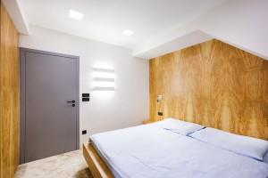 Veškerý nábytek vložnici včetně okenního parapetu jednotí olivová dýha. Architekti se při jejím návrhu inspirovali konceptem olivového háje.