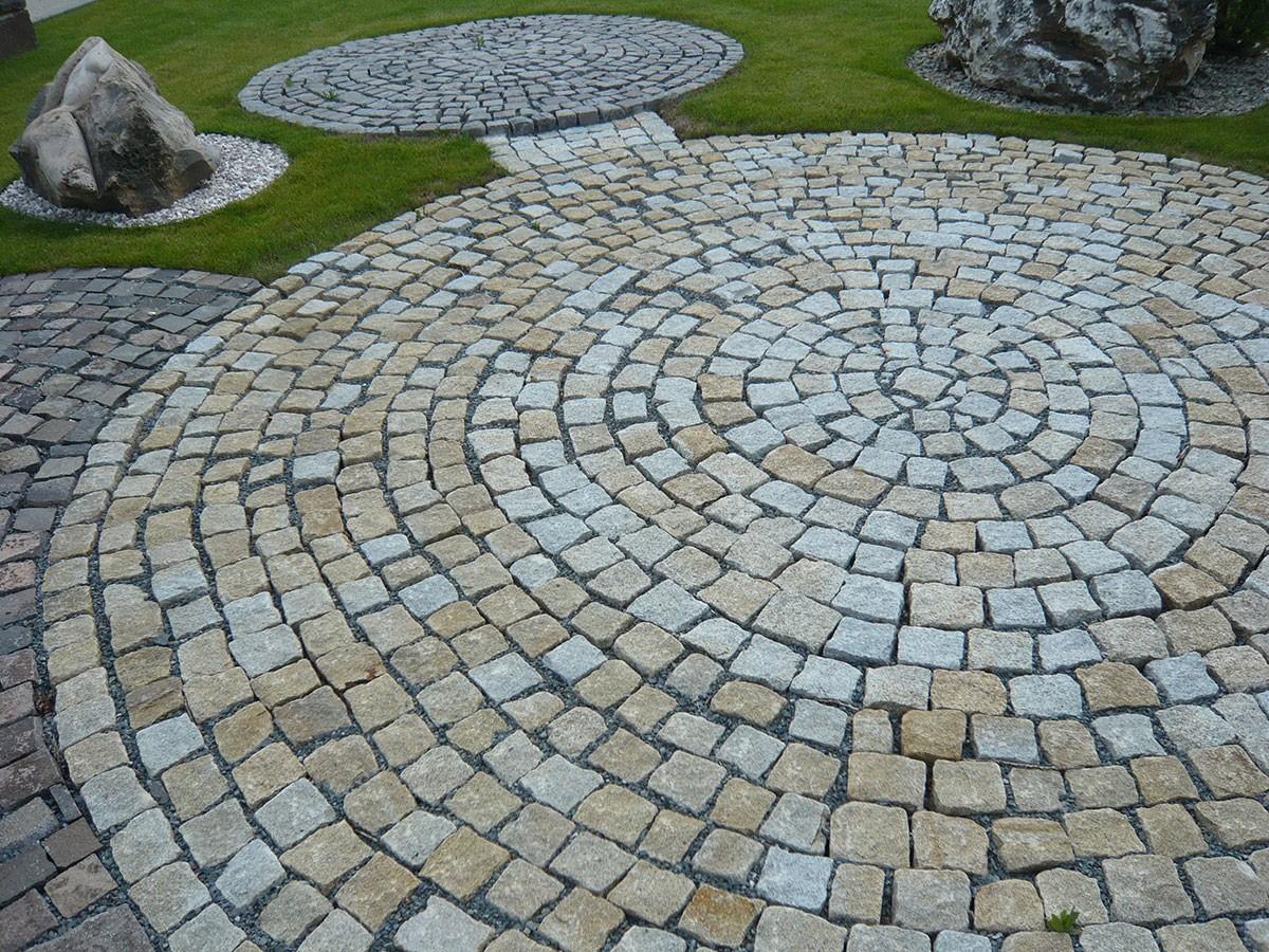 Do českých zahrad se čím dál tím častěji vracejí klasické kamenné dlažební kostky.
