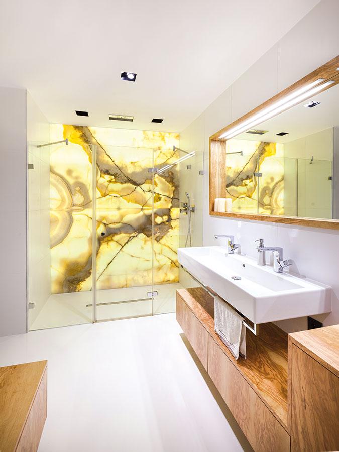Dominantou koupelny je stěna zonyxu, která tvoří zadní stěnu sprchového koutu acelý prostor prosvětluje.