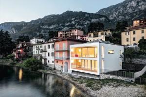 Architekt Cesare Sala kladl velký důraz na harmonické zasazení objektu do linie domů, lemujících břeh jezera. Zvolena byla pro tamní region typická pyramidová střecha pokrytá šedou rulou.
