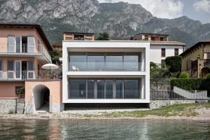 Kompletně přestavěný dům na břehu jezera Como je nevtíravý, integrovaný do okolní zástavby, přesto moderní. Velkoformátová okna dominují na západní straně této krychlové budovy.