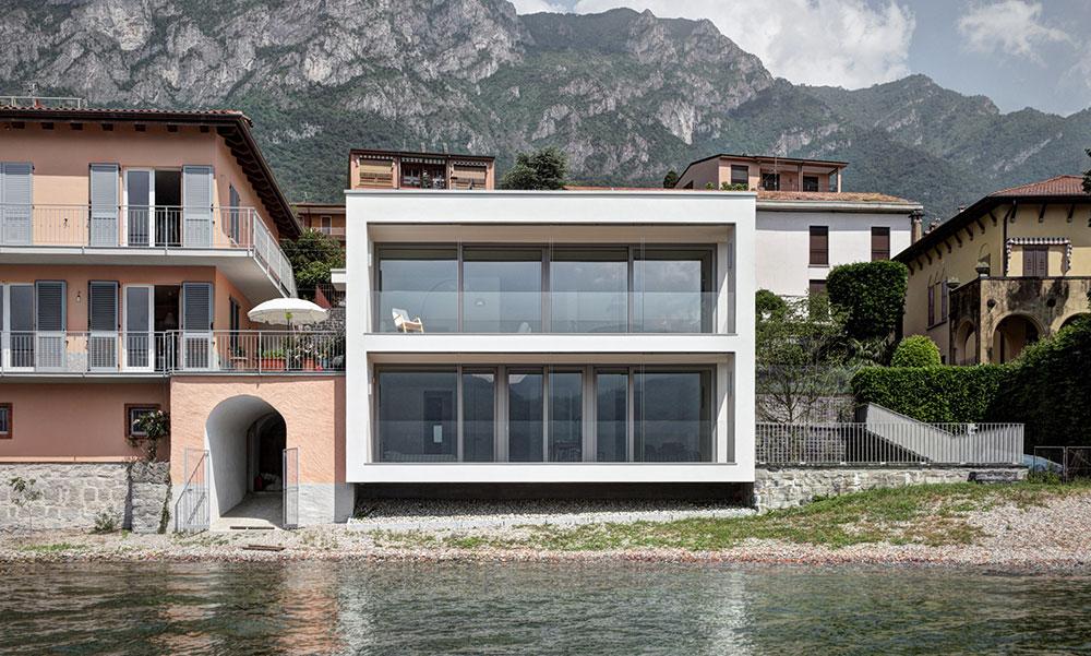 Zářící minimalistická vila s transparentní fasádou a pyramidovou střechou