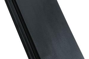 Čisté linie modelu keramické střešní krytiny Domino umožní vyniknout křivkám moderních i tradičních střech. Díky spotřebě tašek od 12,4 ks/m² patří mezi hospodárné střešní krytiny. Lze ji použít na novostavbách i při rekonstrukci střechy již od sklonu 15° (při vodotěsném podstřeší).
