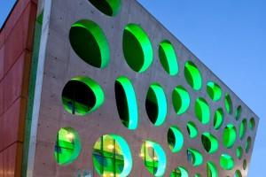 EASYCRETE_pohledový_beton_na_vstupní_oponě_Nového_divadle_v_Plzni_