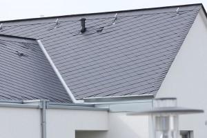 Osobitý charakter každé střechy vyzdvihují různé způsoby krytí vláknocementové maloplošné krytiny Eternit Dacora. Vlnitá vláknocementová střešní krytina Eternit Baltic je vhodná pro použití na hospodářských či zemědělských objektech.