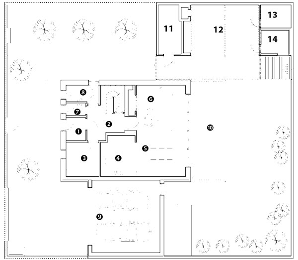 Půdorys přízemí 1 zádveří/vstup do domu 2 vstupní hala se schodištěm 3 pracovna 4 kuchyň 5 jídelna 6 obývací pokoj 7 toaleta 8 technická místnost 9 garáž 10 terasa Půdorys zahradního domku 11 sklad 12 krytá terasa 13 sklad nábytku 14 sauna