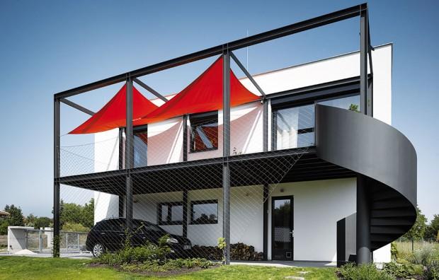 """Vtomto domě hrají auta prim – díky šikovným architektům dostává pojem """"bydlení nad garáží"""" zcela nový význam. FOTO FILIP ŠLAPAL"""