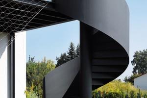 Vertikální komunikaci zajišťuje venkovní schodiště – zde pojato téměř jako umělecké dílo. FOTO FILIP ŠLAPAL