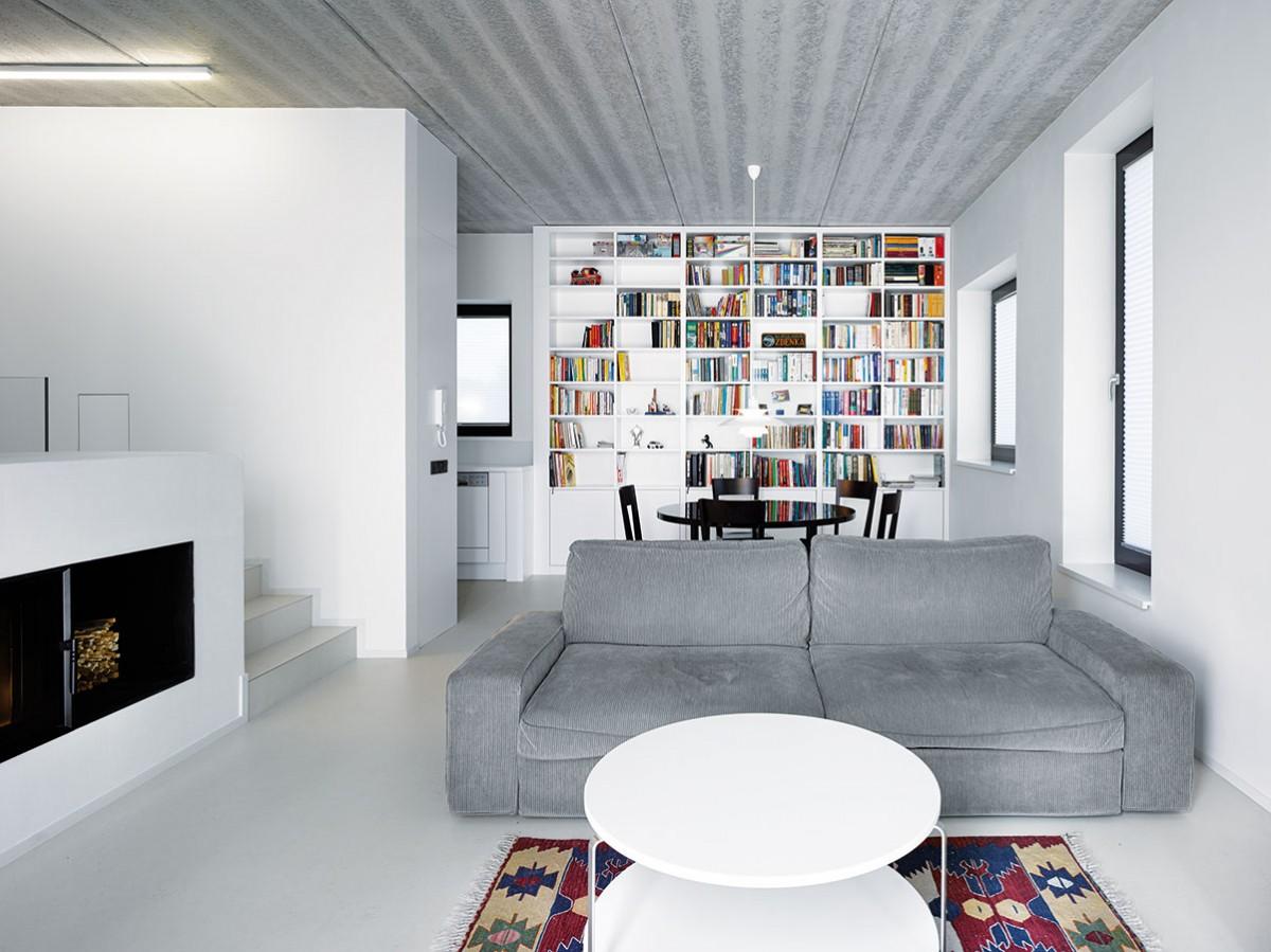 Obytnému prostoru dominuje velká knihovna, která působí svou barevností jako velkoformátové moderní plátno. FOTO FILIP ŠLAPAL