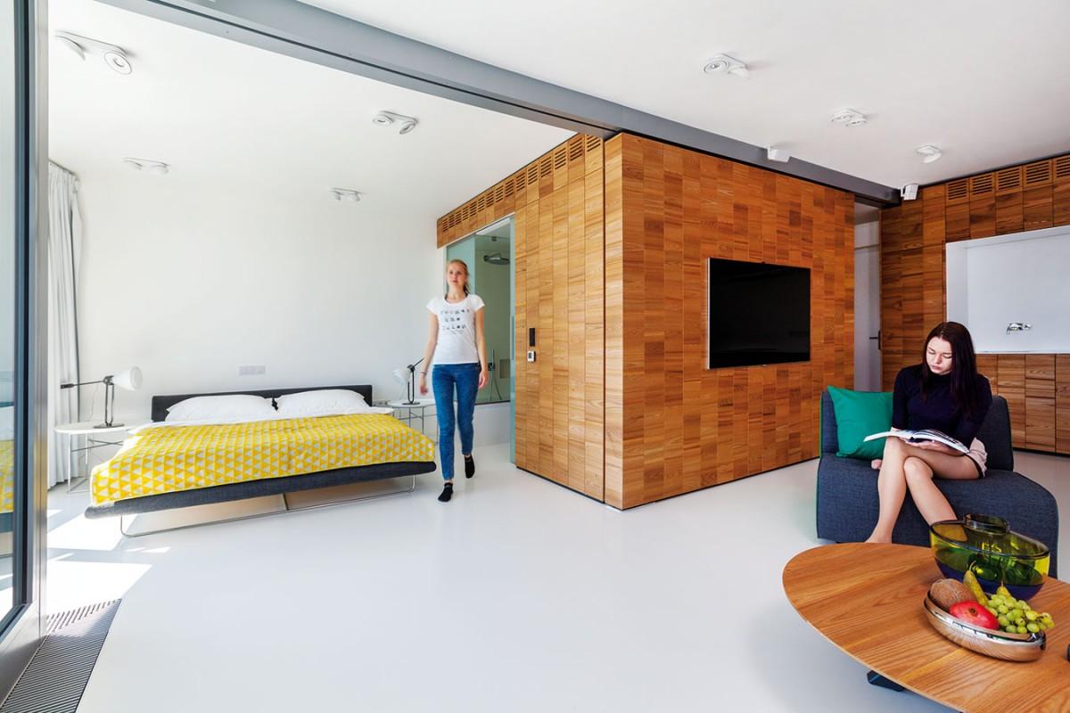 Noční zónu tvoří ložnice azní přístupná koupelna sumyvadlem, toaletou avanou. Minimalistické vybavení ložnice je tvořeno jen postelí, nočními stolky alampami.
