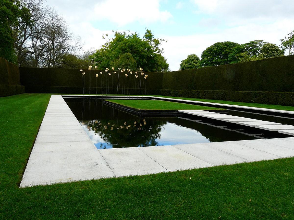 Formální vodní prvek doprovází živé stěny, vše jednoduché a v čisté formě, kterou nic neruší. FOTO LUCIE PEUKERTOVÁ