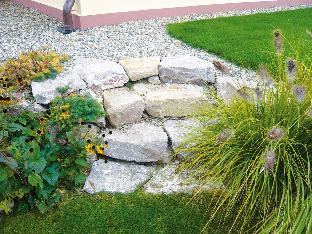 Terénní převýšení mezi úrovní sbazénem aasijskou částí překonávají kamenné schody.