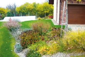 Celoročně atraktivní záhony sprérijními druhy trvalek aokrasných trav jsou nejdůležitějším tématem zahrady ve Slaném.