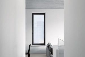 Litá hladká podlaha vkontrastu sdrsným povrchem pohledového betonu. FOTO FILIP ŠLAPAL