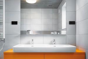 Vkoupelně vás čeká barevné překvapení – tradiční bílou doplňuje oranžová. FOTO FILIP ŠLAPAL