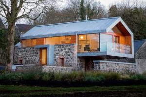 Chátrající stodolu proměnili na prostorný rodinný dům