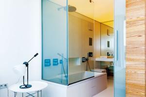Koupelna je čistá aminimalistická, avšak určitě ne fádní.
