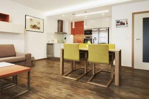 Proměna bytu v Praze 4 se zaměřením na obytný prostor s kuchyní a malou koupelnu