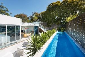 Na pozemku s rozlohou 400 m² vznikl dům se třemi podlažími, terasami a obytnou střechou