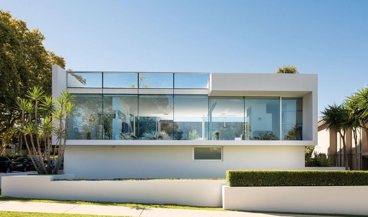 Dům se ve srovnání stím, co se objevuje vposledních letech vnaší architektuře, nezvykle otevírá do ulice. Majitelé si nepříliš velký rohový pozemek vybrali záměrně, tušili, že dá vzniknout něčemu výjimečnému. FOTO DMAX