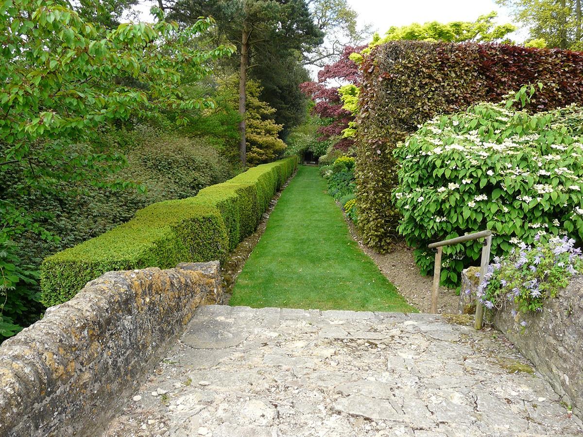 Zahrada na úzkém pozemku by měla být rozčleněna do několika tematických celků. Dosáhnete tak optického rozšíření. FOTO LUCIE PEUKERTOVÁ