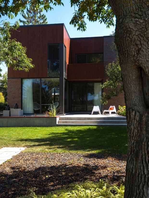 Dvoupodlažní dům byl koncipován ve tvaru L, aby co nejlépe naplnil potřeby klientů a zároveň se co nejvíc přizpůsobil místu. Umožnil tak co nejefektivnější využití pozemku. FOTO ALBERTO BISCARO