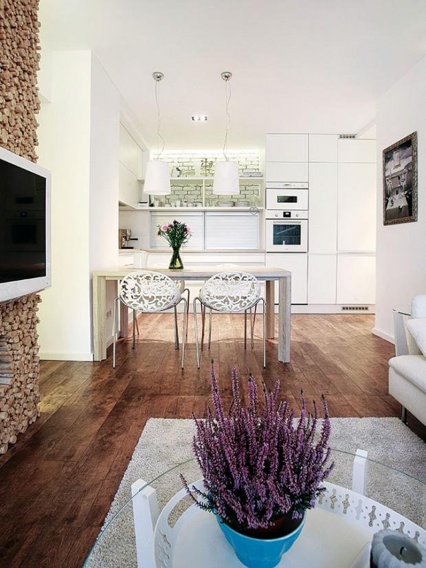 Kuchyň je záměrně nenápadná azároveň maximálně praktická, smnožstvím úložných prostorů. Linka je navíc hlubší, než je běžné.
