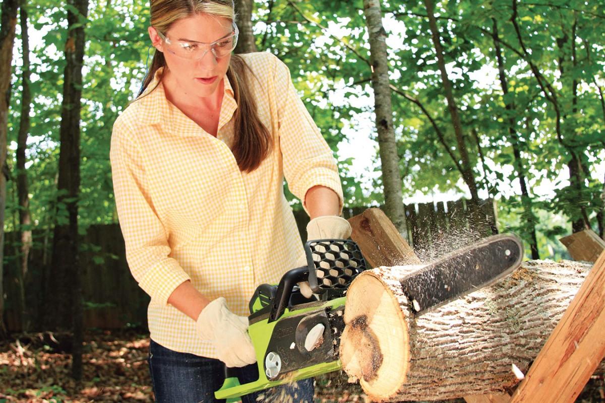 Při práci smotorovou pilou používejte ochranný štít nebo minimálně ochranné brýle, rukavice či ochranu sluchu. Pouvažujte iospeciálním obleku zvláken, která okamžitě zastaví řetěz, pokud vám pila sjede či uskočí. FOTO GARLAND