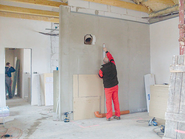 3. ZAČÍNÁME Jako první lepte obklad na zadní stěnu teplovzdušné komory. FOTO BALTKAMA.LT