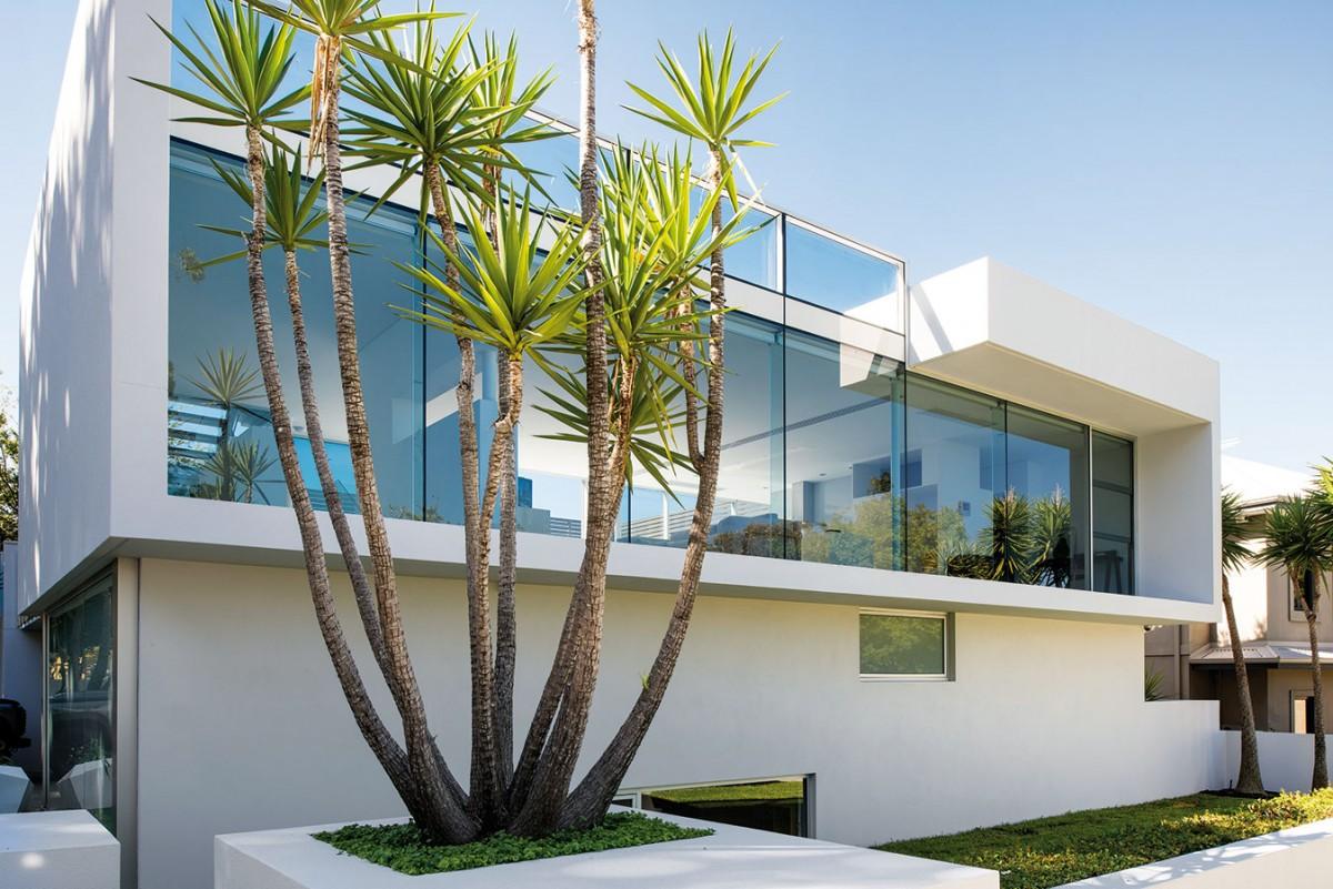 Centrální společný prostor architekt otevřel zobou stran pomocí velkoformátového zasklení. Majitelé se tak vzdali soukromí ve prospěch vzdušného, světlého interiéru. FOTO DMAX