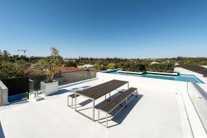Obytná střecha. Aby architekt majitelům dopřál co nejvíce obytného prostoru, rozhodl se ho umístit ina střechu domu. Horká australská léta zde během posezení zmírňuje vodní plocha. FOTO DMAX