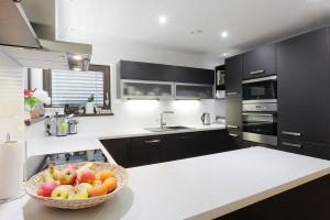 Moderní a absolutně funkční. Taková je kuchyně, která kombinuje bílou a tmavou barevnost.