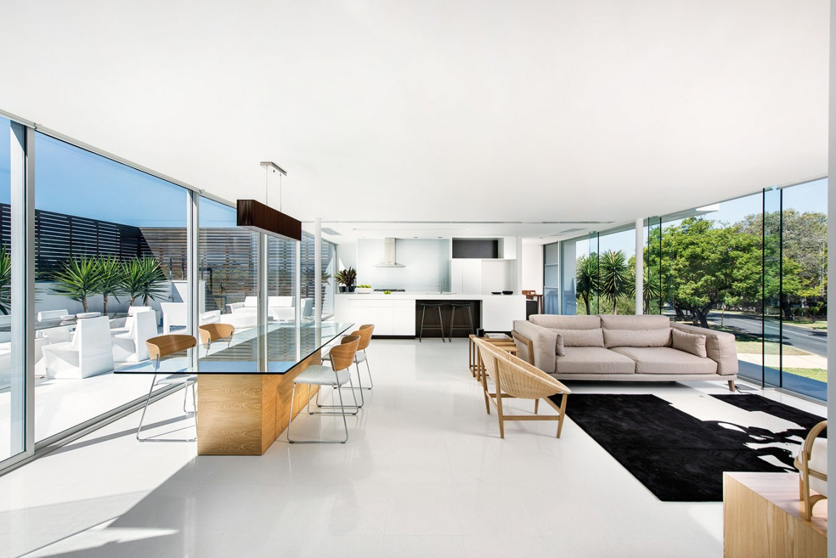 Aktualizováno. Ač designér zvolil do obývacího prostoru designové kousky, volbou barev amateriálů zůstal věrný australské tradici. Dřevo, proutí abéžová látka na sedačce zútulňují strohost černobílých linií aploch. FOTO DMAX
