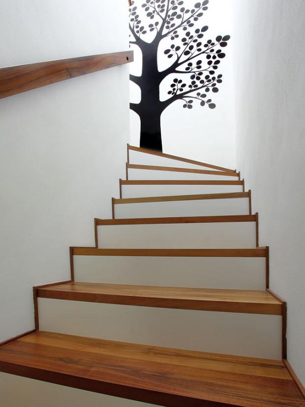 Hravým a skutečně příjemným prvkem v interiéru je strom namalovaný v prostoru schodiště.