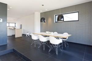 Šedá a bílá jsou dominantními barvami nejen v exteriéru, ale i v interiéru. FOTO SCHÜCO CZ