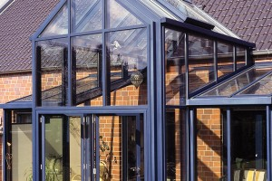 Strmější sklon střechy zimní zahrady částečně odrazí paprsky vysoko postaveného letního slunce aomezí tak nechtěné přehřívání. Sklon alespoň 10° zároveň umožní odtok dešťové vody. FOTO SCHÜCO