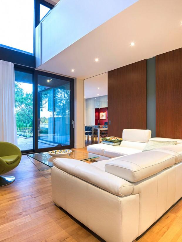 Obývací pokoj získal díky dvojnásobné výšce místnosti i velkoformátovým oknům hloubku, vzdušnost a dojem většího prostoru, než ve skutečnosti je. FOTO ALBERTO BISCARO