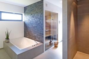Prostorná relaxační koupelna se saunou se nachází v horním patře objektu. FOTO SCHÜCO CZ