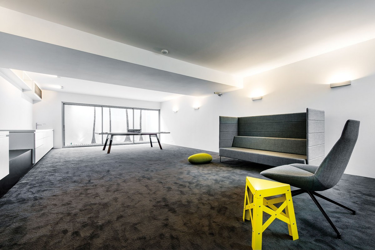 Oddechová místnost nabízí velkorysý prostor pro nejrůznější aktivity. Pro odpočinek vleže či vsedě tu slouží pohovka Tetris akřeslo zjiž zmíněné Pilletovy kolekce Dunas. FOTO DMAX