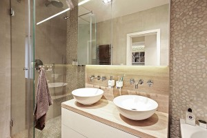 Hanin splněný sen – pohodlná relaxační koupelna svanou, sprchovým koutem advěma umyvadly. Jemná přírodní barevnost pokračuje ivkoupelně, díky čemuž tvoří sbytem harmonický celek. FOTO DAVID TRČKA