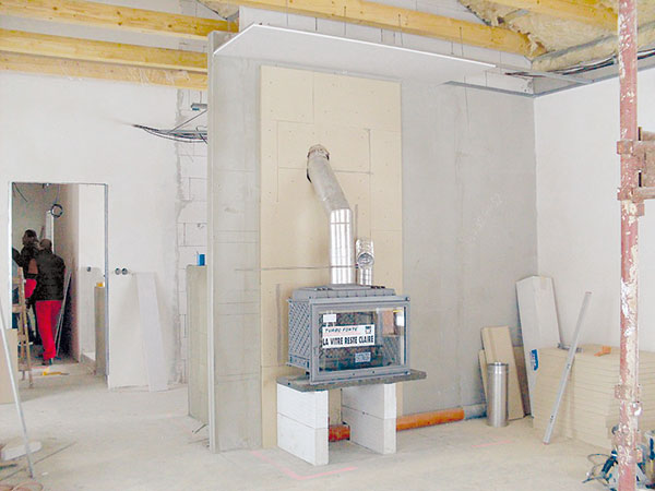 6. ZADNÍ STĚNA Dokončený obklad zadní stěny avybudovaný stojan vložky. Na fotografii je viditelné, že vhorní části je styk těsnicí desky akomínové trubky udělaný nedbale – tomu se snažte vyhnout. FOTO BALTKAMA.LT