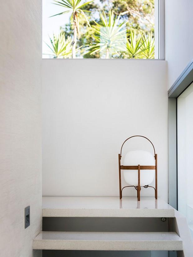 Schodiště poskytují působivé průhledy do exteriéru azejména do okolní zeleně. Okna díky tomu vlastně nahrazují dekorace vmaximálně minimalisticky pojatém prostoru. FOTO DMAX